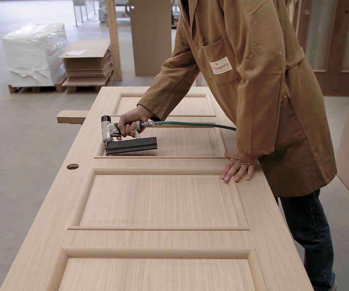 Una delle fasi della lavorazione delle porte interne.